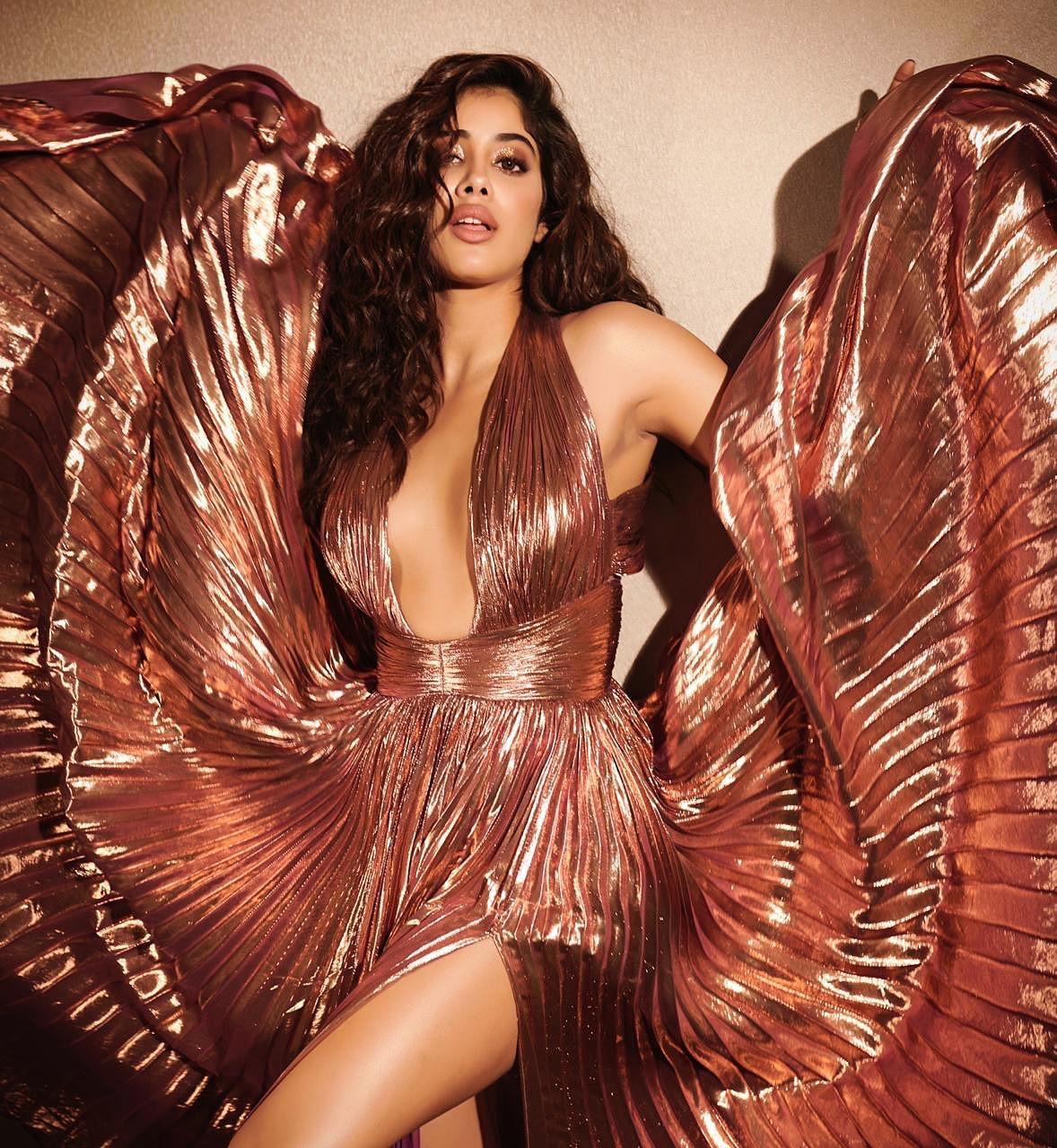 Heroine Janhvi Kapoor At Elle Beauty Awards Hot Images (2)